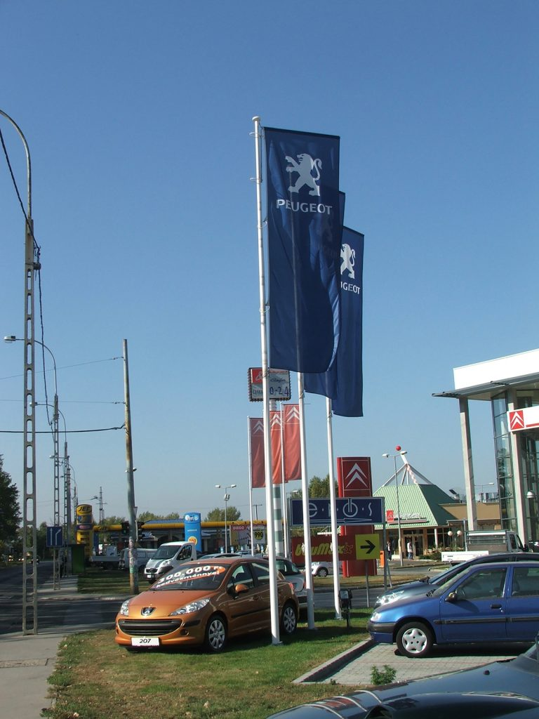 Maszty flagowe dealer Peugeot - Węgry