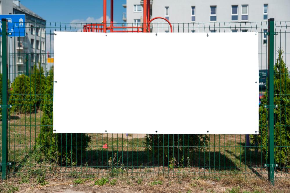 Baner reklamowy klasyczny do zawieszenia na ogrodzeniu