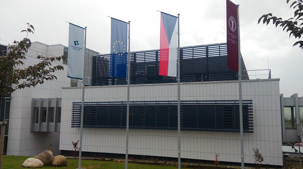 Maszty flagowe Uniwersytet medyczny – Plzeň, Czechy