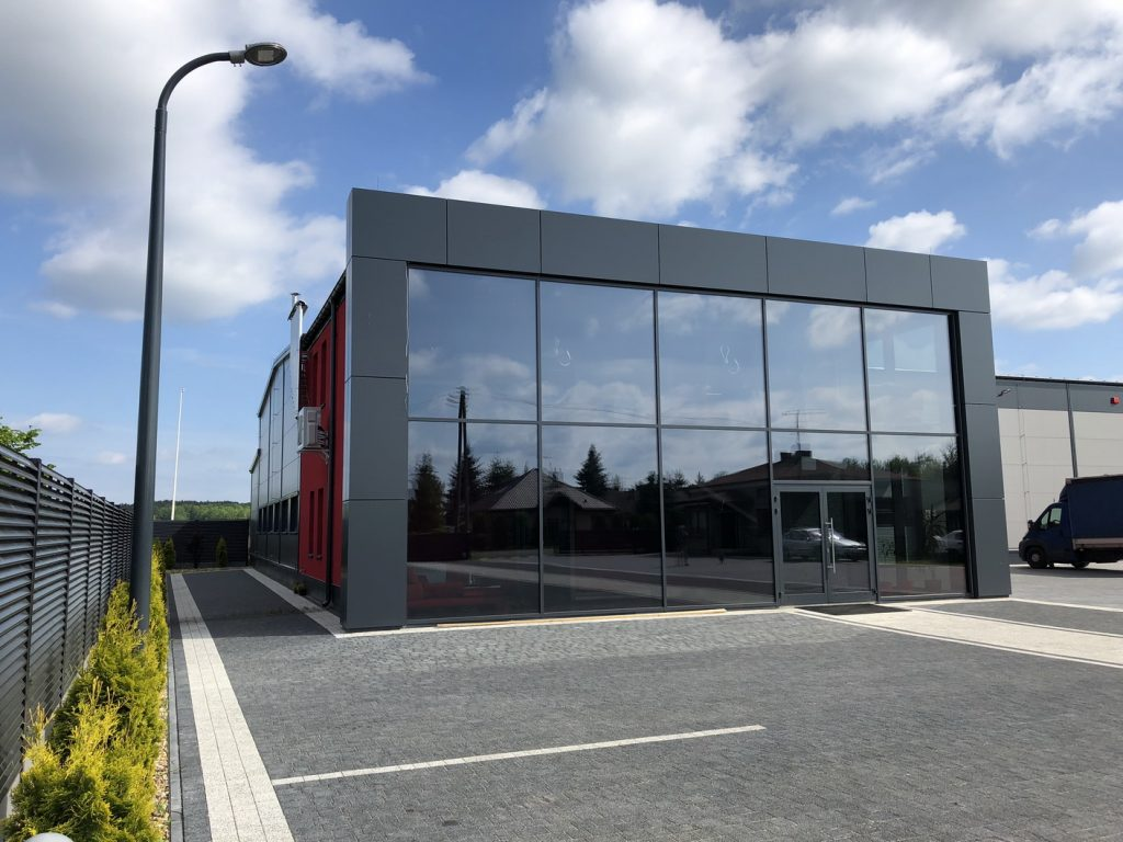 Słupy oświetleniowe, parking firmy Kaźmierczak - Dobroń, Polska