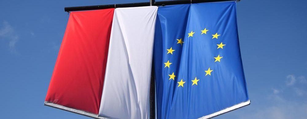 Jak powinna wisieć flaga Polski w pionie?